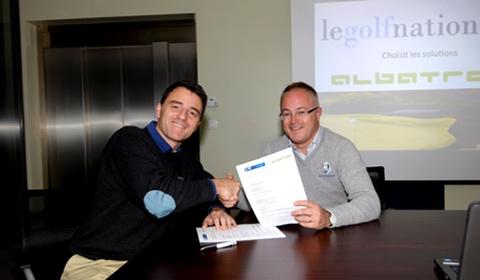 Paul Armitage (Golf National) und Christophe Caporal (Albatros France) unterzeichnen den Kooperationsvertrag.